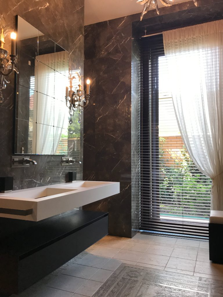 Bathroom with dark marble tile, glamour bathroom, interior design trends